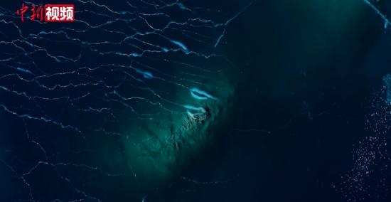 冬日的新疆赛里木湖:安静深邃如蓝宝石