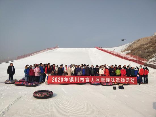 宁夏银川50名盲人享冰雪运动之乐
