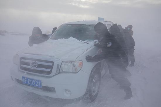 民警将被困车辆转移至背风区域防止被掩埋。