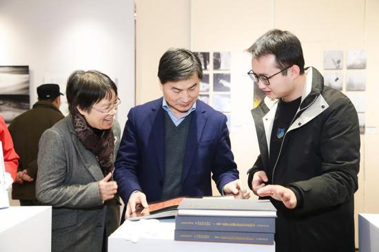 聚星官网省文联党组成员、书记处书记吕伟刚(中)正在观展。主办方供图