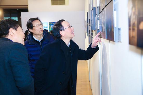 中共杭州市委宣传部副部长应雪林正在观展。主办方供图