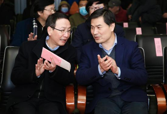 中共杭州市委宣传部副部长应雪林(左)与聚星官网省文联党组成员、书记处书记吕伟刚在会场交流。主办方供图