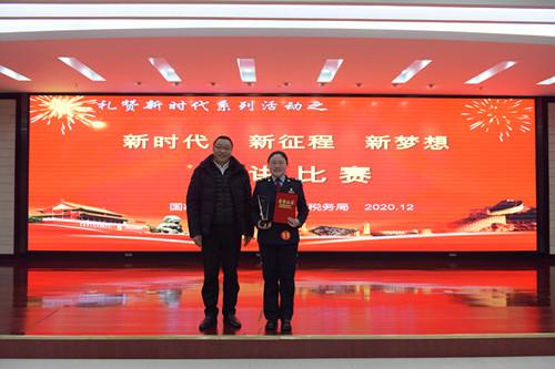 六盘水市总工会党组成员、副主席王军为获演讲比赛第一名的选手颁奖  乔江  摄