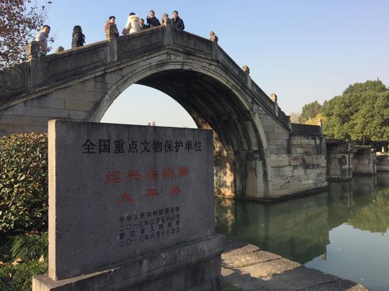 由半圆拱桥与九孔高低石梁桥组成的太平桥 李典 摄