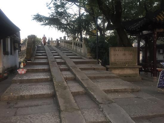 立体设计的八字桥南承鉴湖之水,北达杭州古运河,为古代越城主要水道之一  李典 摄