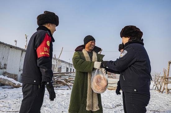 牧主拿出自己亲手打的馕饼对民警表示感谢,民警委婉谢绝。