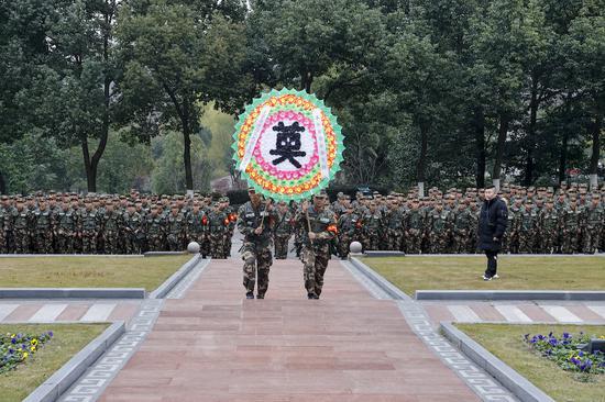 新兵祭奠革命烈士。 盛相良 摄