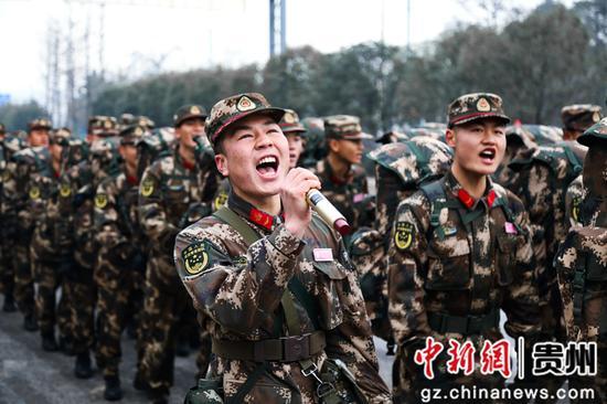 武警贵州总队新训一大队:行进途中军号嘹亮。