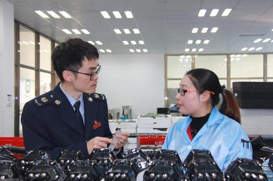 江北区税务局工作人员对企业进行辅导。  左林俊 摄