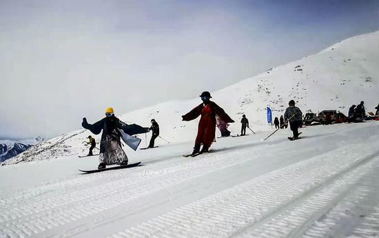 新疆喀纳斯吉克普林滑雪场迎来首滑