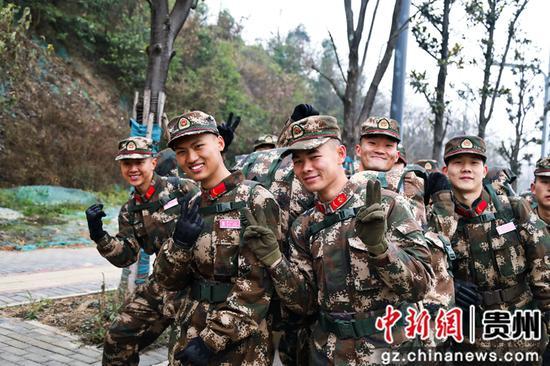 """武警贵州总队新训一大队:班长和新兵对着镜头比出""""耶""""。"""