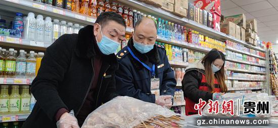 工作人员检查超市冷链食品。