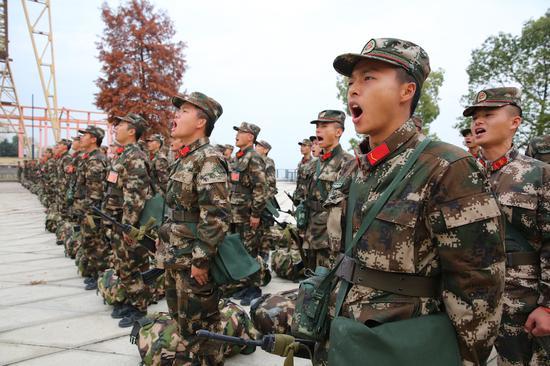 武警杭州支队新兵野营拉练。 陈波 摄