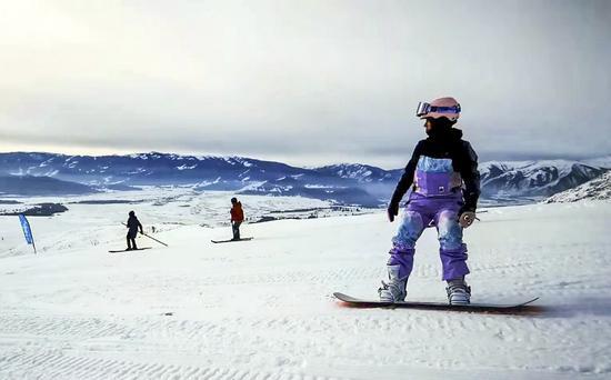 12月22日,新疆阿勒泰地区喀纳斯景区禾木乡举办喀纳斯冰雪嘉年华暨吉克普林滑雪场首滑仪式。滑雪爱好与当地古老滑雪队同场竞技。中新社记者 刘新 摄