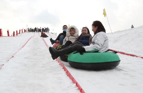 新疆库车市齐满镇白杨礼赞滑雪场游客尽享冬日乐趣