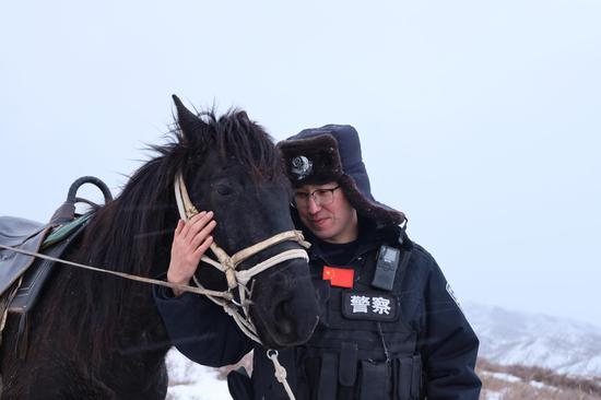 新疆塔城边境管理支队民警骑马踏雪巡边