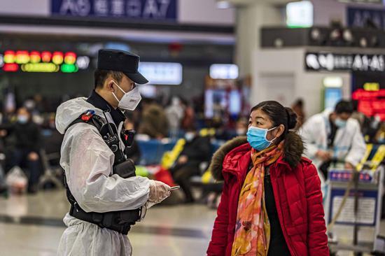 青年党员民警帮助候车旅客解决困难。