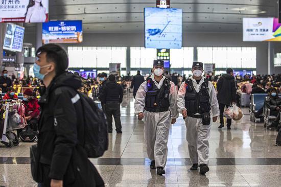 青年党员民警加强车站候车厅巡逻频次增强旅客安全感。
