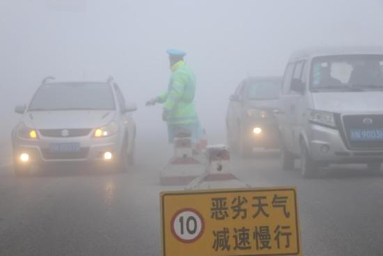 阿瓦提縣遭遇大霧天氣 能見度不足30米 民警執勤保安全
