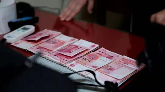 里卡多遗失背包里的现金。衢州火车站 供图
