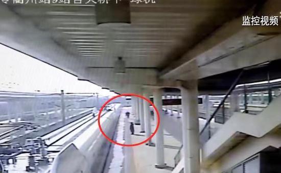 监控画面:里卡多遗失物品后,向站台工作人员求助。衢州火车站 供图