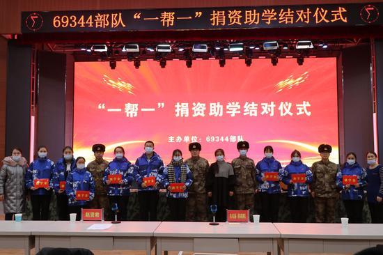 """新疆军区某边防团携手驻地政府开展""""一帮一""""结对助学活动"""