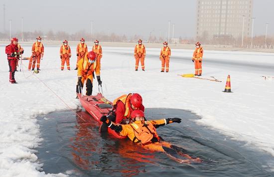 零下11℃新疆阿克苏消防员训练冰上救援功夫
