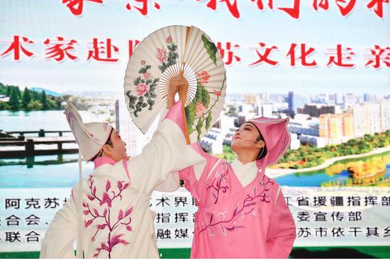 """我愛浙疆——""""民族團結一家親·我們的村晚""""聯誼活動演出現場。 杭州文聯供圖"""