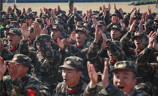 表演结束后官兵呐喊喝彩。 胡港 摄