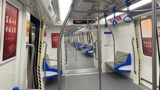 地铁6号线内。 钱晨菲 摄