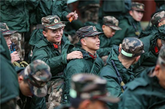 班长为新兵放松身体。 胡港 摄