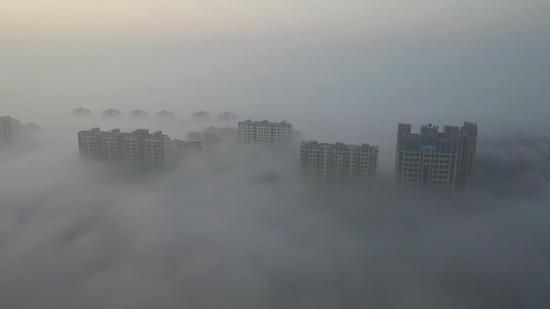 新疆巴州:尉犁今冬首场大雾现奇观