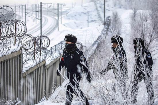 民警对边区重点铁路线路护栏进行安全巡查。