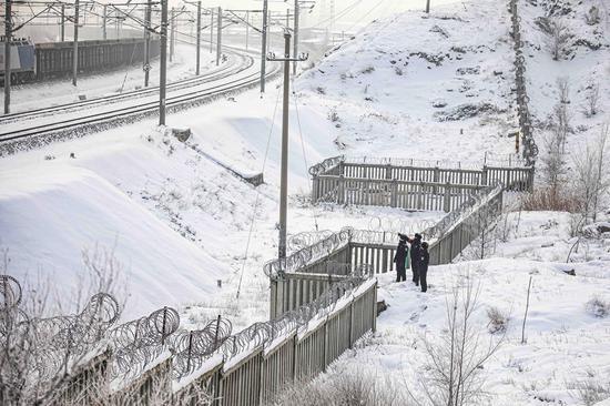 民警对辖区铁路重点线路进行安全巡查。