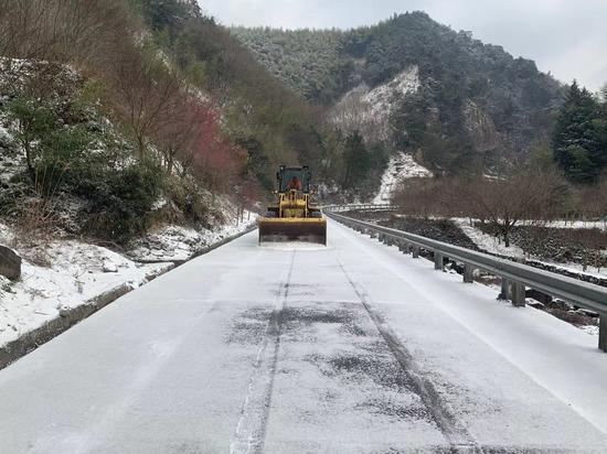 宁波一路段清除路面积雪。 林挺杰 摄
