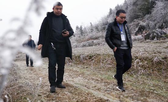 吳勇(右一)走在去幸福一村的路上。司玉坤 攝