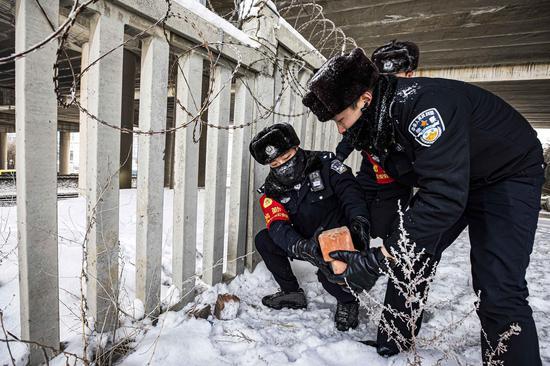 民警对安全巡查出的隐患及时进行临时补救。