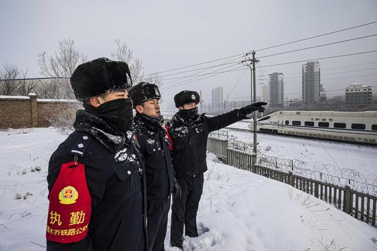 零下21度 新疆鐵警踏雪巡線保安全