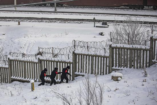 民警对辖区重点铁路线路进行安全巡查。