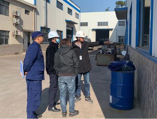 安全生产办工作人员指导企业整改  许旭 摄