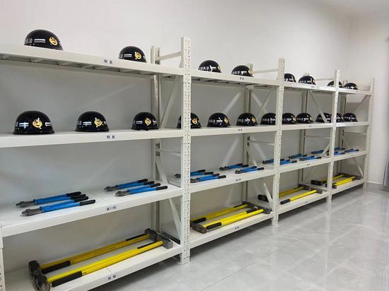 基层执法中队的执法装备库。 项菁 摄