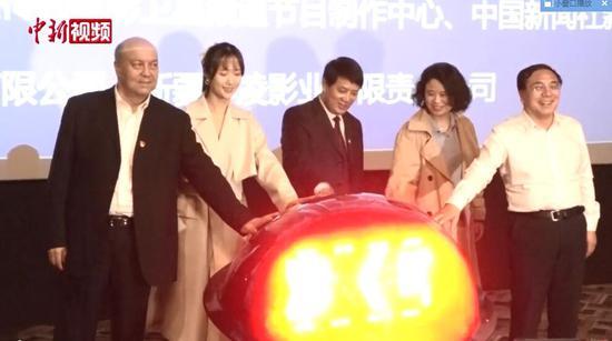 10月21日,电影《喀什古丽》在新疆喀什市举行首映仪式。喀什地委书记李宁平(中),地委副书记、行署专员帕尔哈提•肉孜(左一),出品人、中国新闻社新疆分社社长李德华(右一),电影频道代表、电影频道创作部副主任林丽宁(右二),《喀什古丽》女主角扮演者韩与诺(左二)按下首映式启动键。