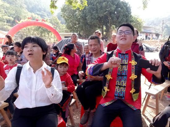 北流市民乐镇桃冲村举办民族团结文艺联欢迎新年