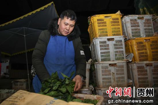 圖為當地的一名商販在選購蔬菜。 瞿宏倫 攝