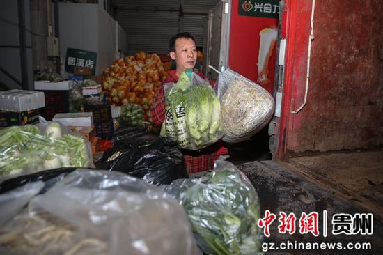 圖為工人將蔬菜裝車轉運。 瞿宏倫 攝