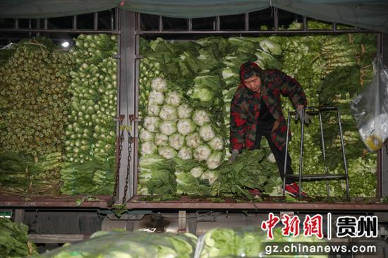 贵州遵义:新年凌晨忙碌的蔬菜批发市场