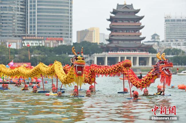 南宁:数百名冬泳爱好者横渡邕江迎新年