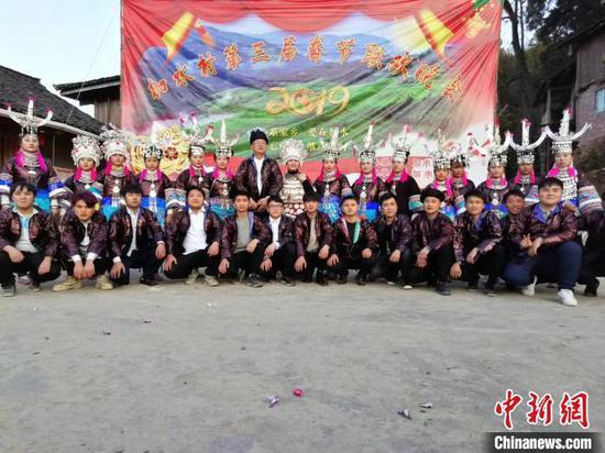張志民穿著少數民族服飾與村民歡慶2019年春節。 受訪者供圖