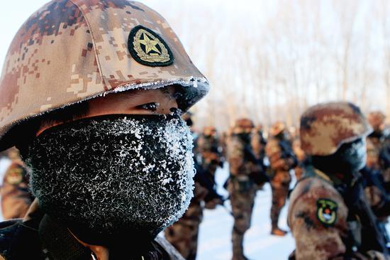 官兵不惧严寒。