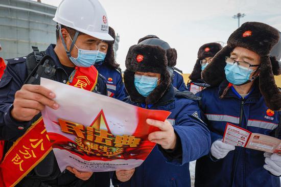 1月3日,新疆博州边境管理支队阿拉山口边境管理大队口岸边境派出所民警来到辖区企事业单位,为管道公司职工解读《民法典》。
